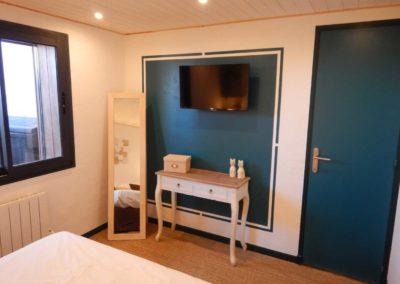 TV-80-CM-DANS-LA-CHAMBRE-location-appartement-cavalaire